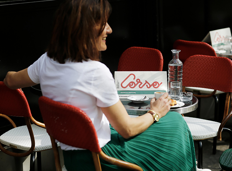 femme attendant au Corso